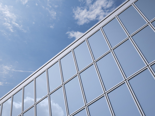 Part of glass facade with reflection of cloud, 3D Renderingの写真素材 [FYI04357495]