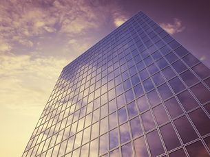 Glass facade with reflections of clouds, 3D Renderingの写真素材 [FYI04357496]