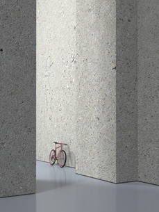 Bicycle leaning on concrete wall of a hall, 3D Renderingの写真素材 [FYI04357855]