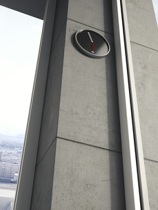 Modern wall clock on concrete wall of high-rise building, 3Dの写真素材 [FYI04357856]