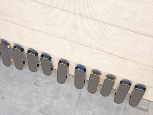 Row of skateboards leaning on concrete wall, 3D Renderingのイラスト素材 [FYI04357862]