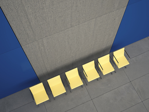 View to row of six yellow chairs in a lobby from above, 3D Rのイラスト素材 [FYI04357914]