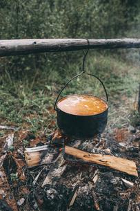 Cauldron over camp fireの写真素材 [FYI04359246]