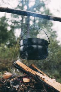 Cauldron over camp fireの写真素材 [FYI04359248]