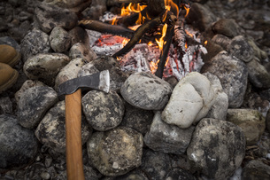 Axe and camp fire with stonesの写真素材 [FYI04359800]