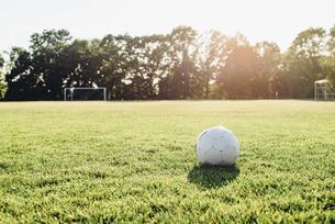 Soccer ball on soccer fieldの写真素材 [FYI04361848]