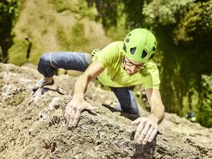 Austria, Innsbruck, Hoettingen quarry, man climbing in rockの写真素材 [FYI04362426]