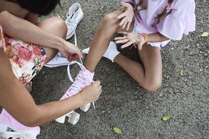 Mum tying pink roller skates at daughterの写真素材 [FYI04362713]