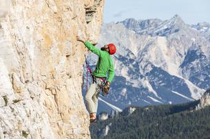 Italy, Cortina d'Ampezzo, man using chalk powder while climbの写真素材 [FYI04364895]