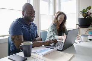 Happy couple paying bills at laptopの写真素材 [FYI04367095]