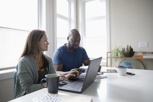 Couple paying bills at laptopの写真素材 [FYI04367096]