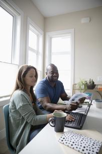 Couple paying bills at laptopの写真素材 [FYI04367097]