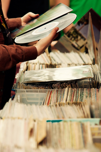 Cropped Image Of Hand Holding Old Vinyl Recordの写真素材 [FYI04371971]