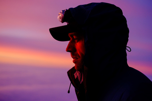 Side View Of Hiker Looking Away Against Sky During Sunriseの写真素材 [FYI04375311]