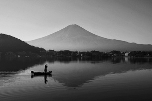 View Of Person Fishing On Lake Against Skyの写真素材 [FYI04375805]