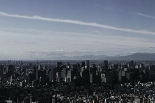 東京スカイツリーの展望台からモノクロで撮影した東京の大手町の風景の写真素材 [FYI04378663]