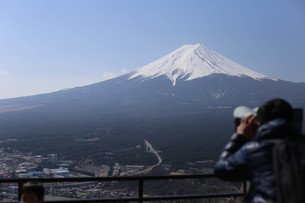 Man Looking Through Binoculars Against Skyの写真素材 [FYI04379466]