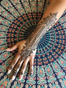 Cropped Hand With Henna Tattooの写真素材 [FYI04385061]