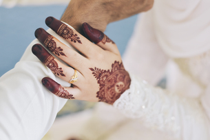 Midsection Of Bride Holding Bridegroom Hand During Weddingの写真素材 [FYI04386037]