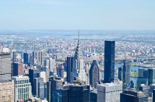 Chrysler Building Amidst Modern Buildings Against Skyの写真素材 [FYI04395282]