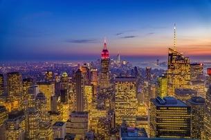Illuminated Empire State Building Amidst Buildings At Manhattanの写真素材 [FYI04396513]