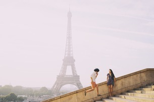Couple In Front Of Eiffel Towerの写真素材 [FYI04398563]