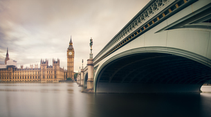 Low Angle View Of Westminster Bridgeの写真素材 [FYI04399323]