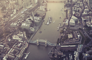 Aerial View Of Tower Bridge Over Thames River In Cityの写真素材 [FYI04399507]