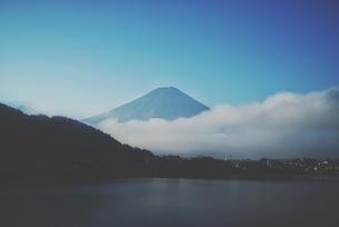 Scenic View Of Lake By Mount Fujiの写真素材 [FYI04399816]