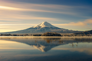Scenic View Of Lake And Mountains Against Skyの写真素材 [FYI04399878]