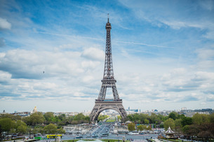 Eiffel Tower Against Cloudy Skyの写真素材 [FYI04400253]
