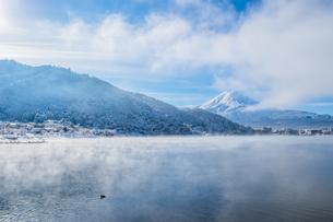 Scenic View Of Lake Kawaguchiko Against Mount Fujiの写真素材 [FYI04400669]