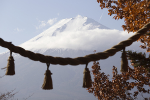 Low Angle View Of Mountain Against Sky During Winterの写真素材 [FYI04401468]
