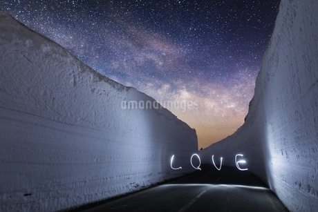 "Light Painting Of The Word ""love"" On Road At Nightの写真素材 [FYI04401541]"