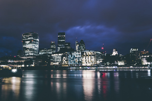 Illuminated London Cityscape At Nightの写真素材 [FYI04401579]