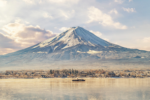 Scenic View Of Lake And Mount Fuji Against Skyの写真素材 [FYI04401962]