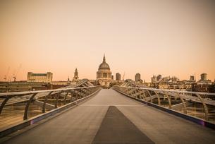 View Of Bridge Over River In Cityの写真素材 [FYI04402001]