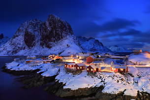 Illuminated Fishing Village At Lofoten Island During Winterの写真素材 [FYI04402061]