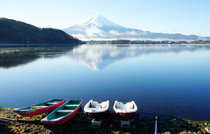 High Angle View Of Lake And Mountains Against Clear Skyの写真素材 [FYI04402174]