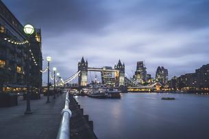 View Of Illuminated Waterfrontの写真素材 [FYI04402334]