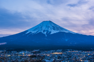 Scenic View Of Snowcapped Mountains Against Skyの写真素材 [FYI04406315]
