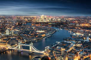 High Angle View Of Tower Bridge Over Thames River In Illuminated City At Nightの写真素材 [FYI04406398]