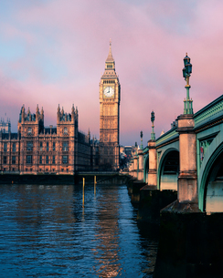 Westminster Bridge Over Thames River Against Big Benの写真素材 [FYI04406833]