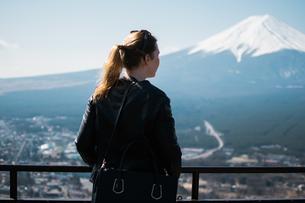 Rear View Of Woman Looking At Mt Fuji Terraceの写真素材 [FYI04411974]