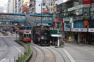 香港の街を行く路面電車トラム。英国植民地時代から走り続ける香港庶民の足。の写真素材 [FYI04412786]