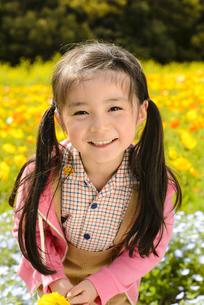 ポピー畑の前に立つ女の子の写真素材 [FYI04413426]