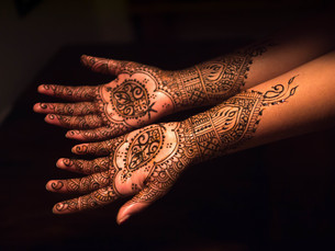 High Angle View Of Henna Tattoo On Woman Handsの写真素材 [FYI04413619]