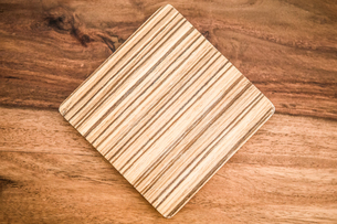 Directly Above Shot Of Cutting Board On Tableの写真素材 [FYI04414124]