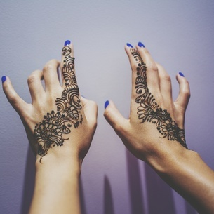 Cropped Hands Of Woman With Henna Tattoo By Wallの写真素材 [FYI04414389]