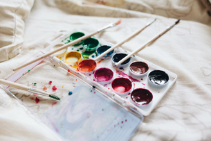 High Angle View Of Paint Palette And Brushesの写真素材 [FYI04415067]